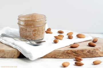 Homemade Almond Butter - Healthy, natural and made with just 1 ingredients and 15 mins of your time - Use this awesome vegan butter for toasts, cakes, pancakes or in smoothies ! Recipe from thepetitecook.com