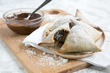 A exciting twist on the traditional Indian snack these Homemade Nutella and Coconut Samosas make an impressive but easy dessert to wow your guests! Recipe from thepetitecook.com