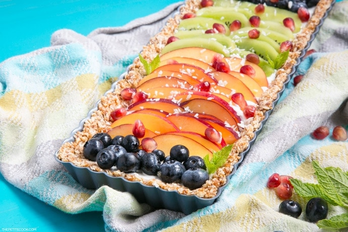 This No-Bake Yogurt Fruit Tart is a healthy protein-packed and gluten-free dessert ready in just 20 min - A refreshing and colorful treat to enjoy on hot summer days. Easy to customize and can be easily made #vegan and #dairyfree! Recipe from thepetitecook.com