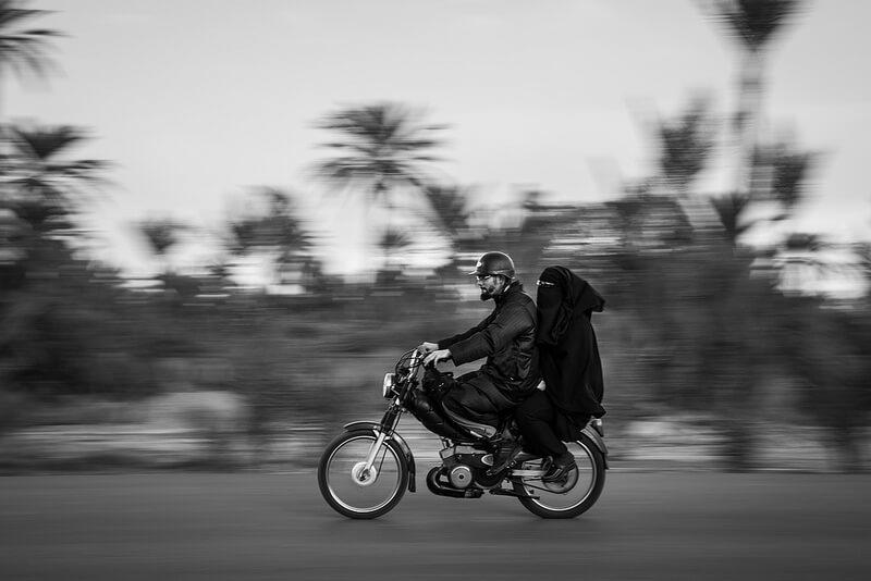 Pares muçulmanos na motocicleta