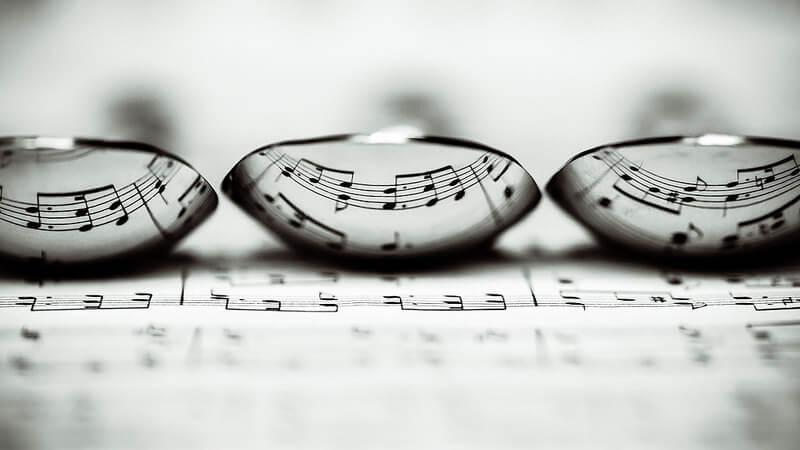 colheres refletindo música