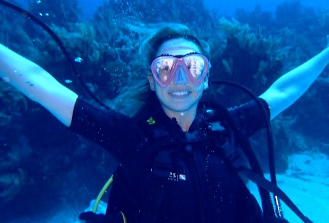 scuba diving in roatan, honduras - the pink backpack travel and adventure blog