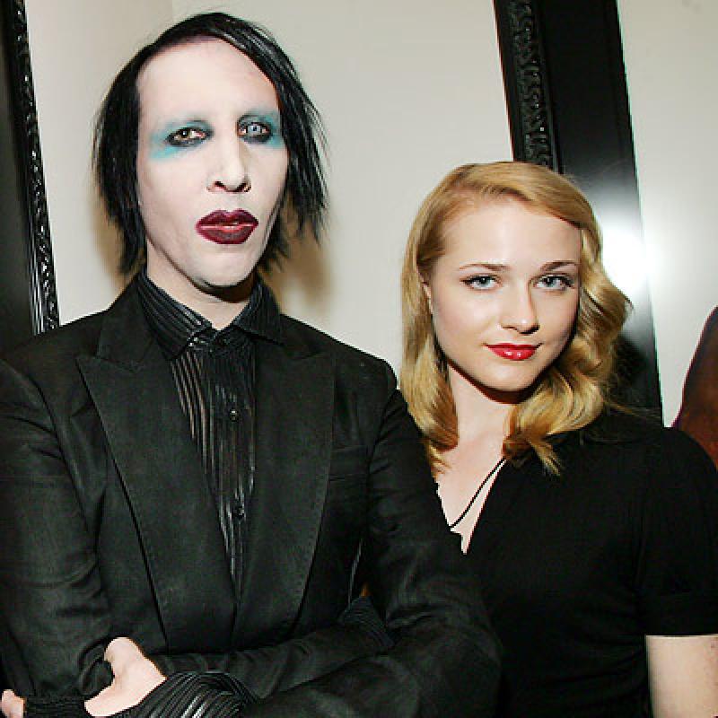 Femeie frumoasa alături de iubitul său.