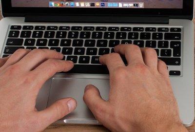 Cum se scrie simbolul arond (@) pe Mac?