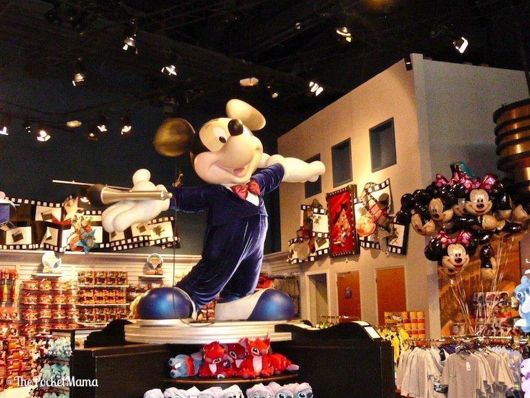 statua di Topilino nel negozio World of Disney