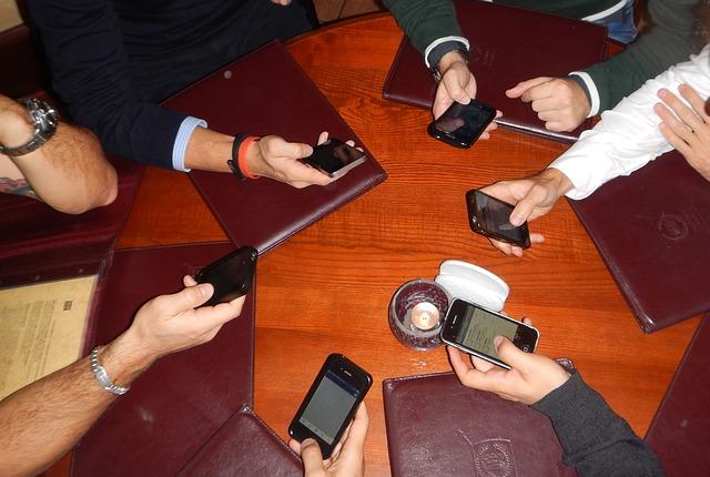 phones-613215_640