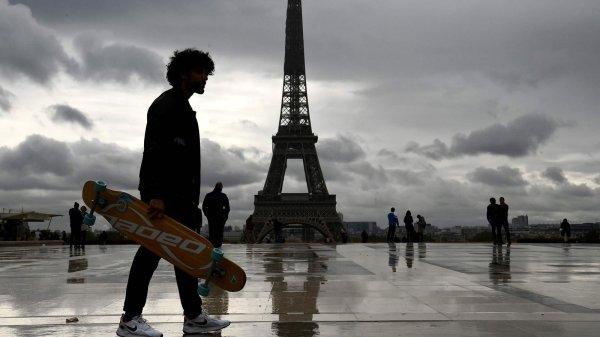 برج إيفيل الشهير في العاصمة الفرنسية باريس