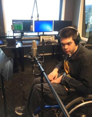 Un jeune homme à la radio