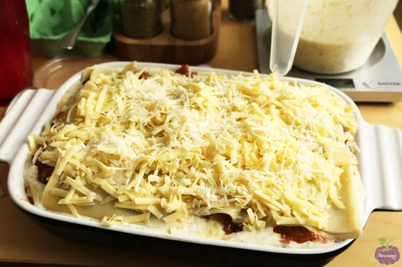 How to assemble homemade lasagne - top layer