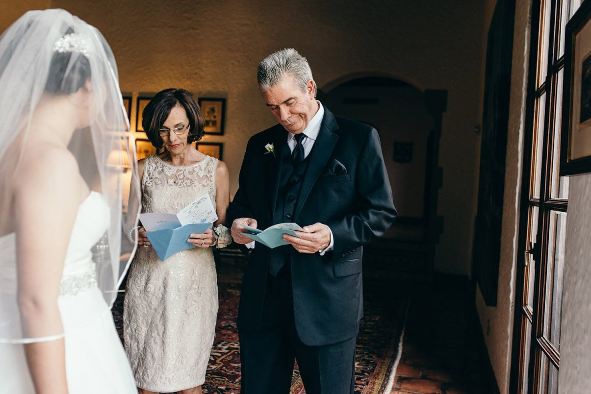 bride giving notes to parents before wedding