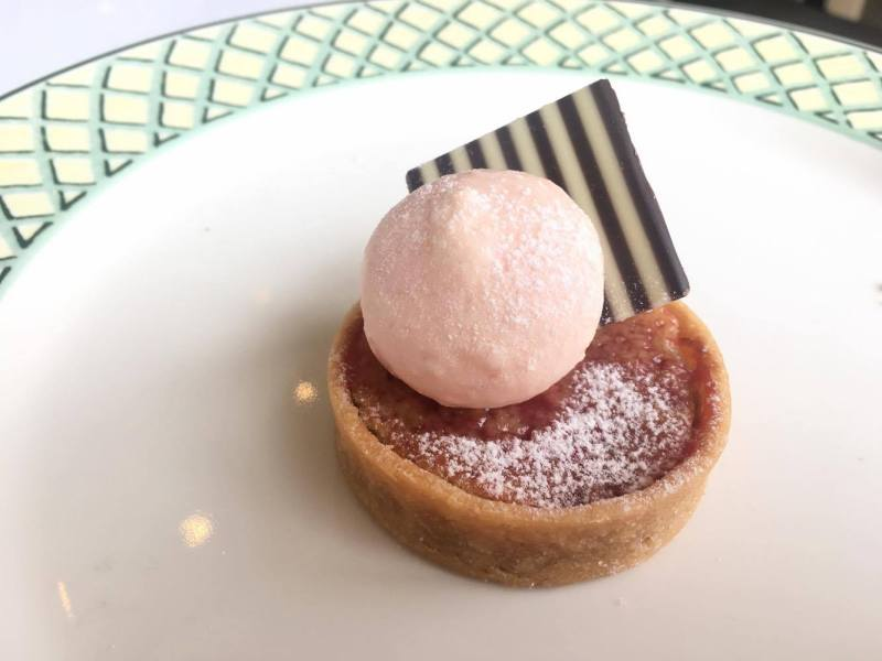 Strawberry and almond tartlet with meringue