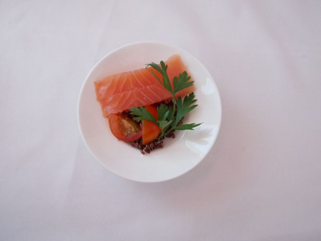 Smoked salmon with parsley and quinoa