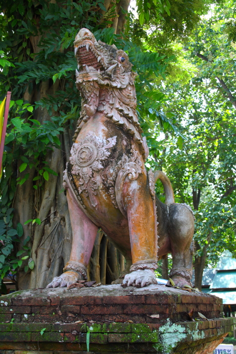 Statues at the entrance gate at Wat Chedi Luang in Chiang Saen, Thailand