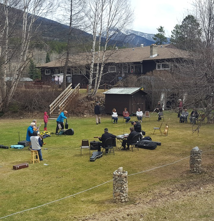 Valemount Old Timers play lawn concert for seniors – VIDEO