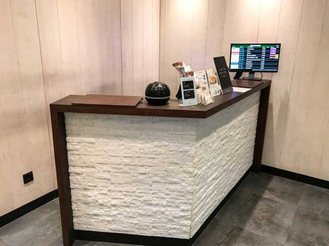 WELLNESS airport lounge front desk