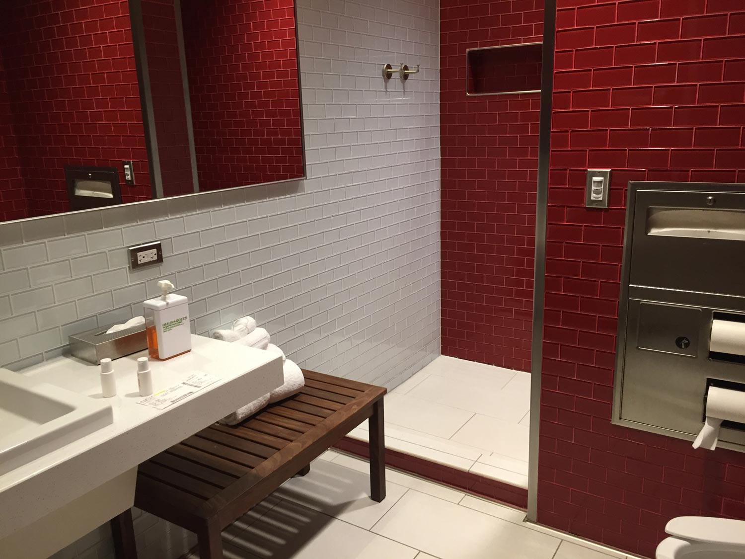 airport lounge access - Delta Sky Club Atlanta - shower