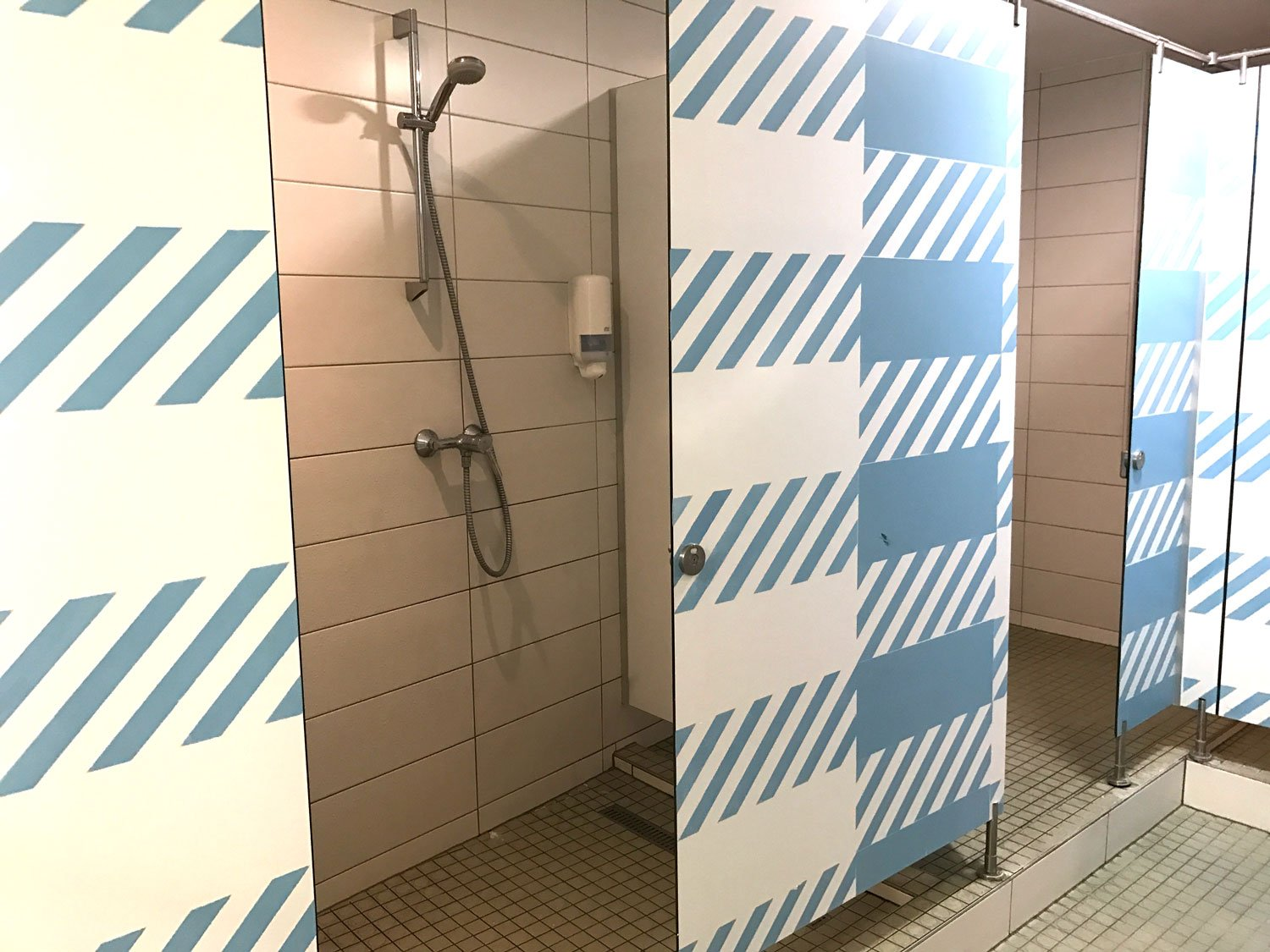 budapest maverick lodge hostel shower