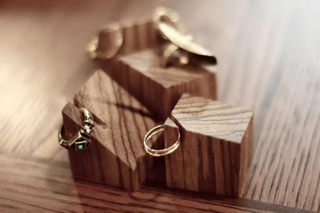 31 thoughtful homemade gifts for your girlfriend diy wooden ring holder solutioingenieria Image collections
