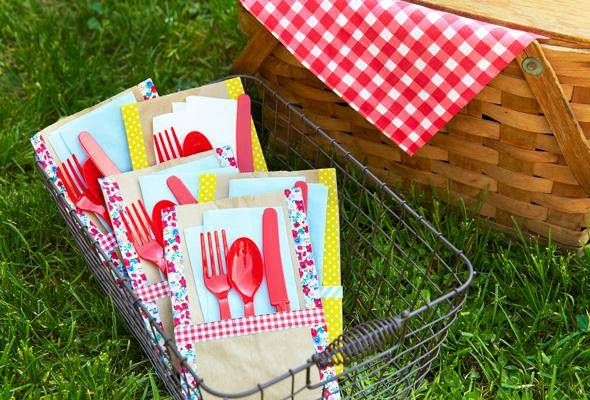 Easy Picnic Utensil Holders Picnics, barbecues and summer parties are the perfect place to use these easy picnic utensil holders. They look fantastic and you need very few supplies.thesawguy.com