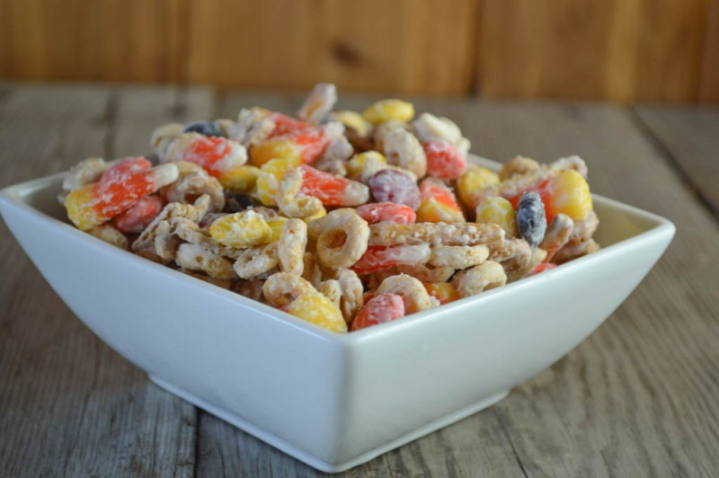 You will not be able to stop eating this White Chocolate Snack Mix with Candy Corn featuring graham cereal so share it with other as soon as you make it.