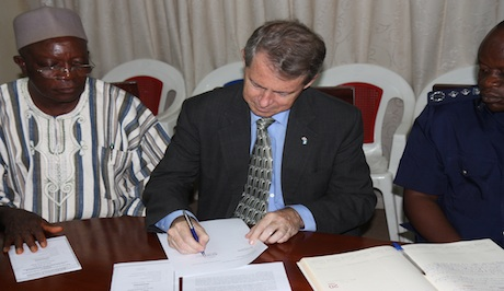 BRITISH HIGH COMMISSIONER HUGHES SIGNING ACC MEMO 0511