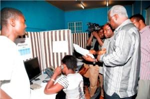 President Koroma visits  WHO ebola centre2