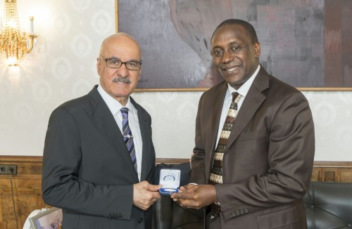 OFID Director General Al-Herbish presents souvenir to Yumkella