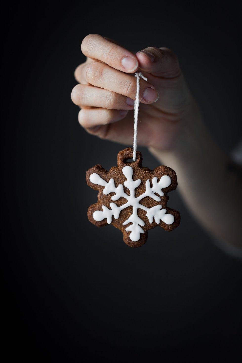 Edible Gingerbread Cookie Ornaments [vegan]