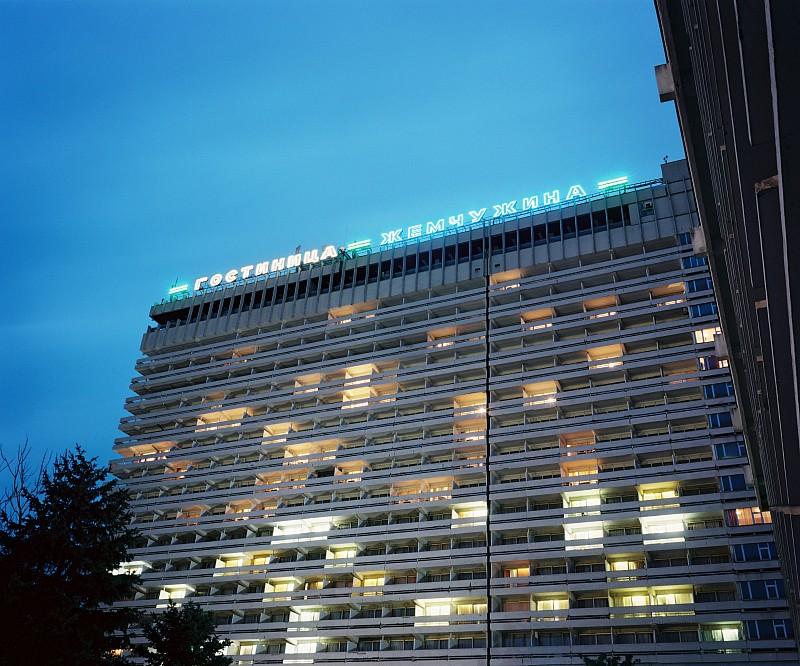 Gebouwd in 1978, hotel Zhemchuzhina (Parel) is een gigantisch hotel, een wereld in zichzelf. Het hotel heeft 956 kamer, 8 restaurants, 2 nachtclubs, winkels en een gigantisch zoutwaterzwembad.