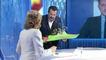 """Matteo Salvini, fiori in diretta a Lilli Gruber. La reazione della conduttrice: """"Dopo due anni…"""""""