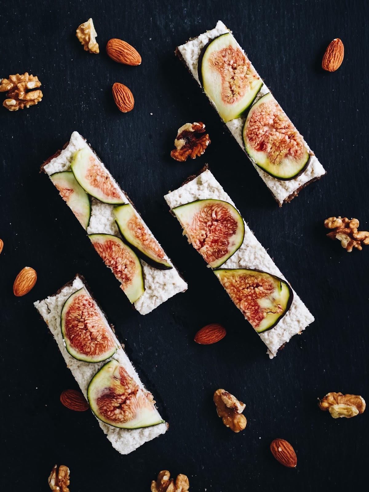 Rezept für köstliche Raw Vegan Coconut Fig Bars mit Nüssen und Feigen