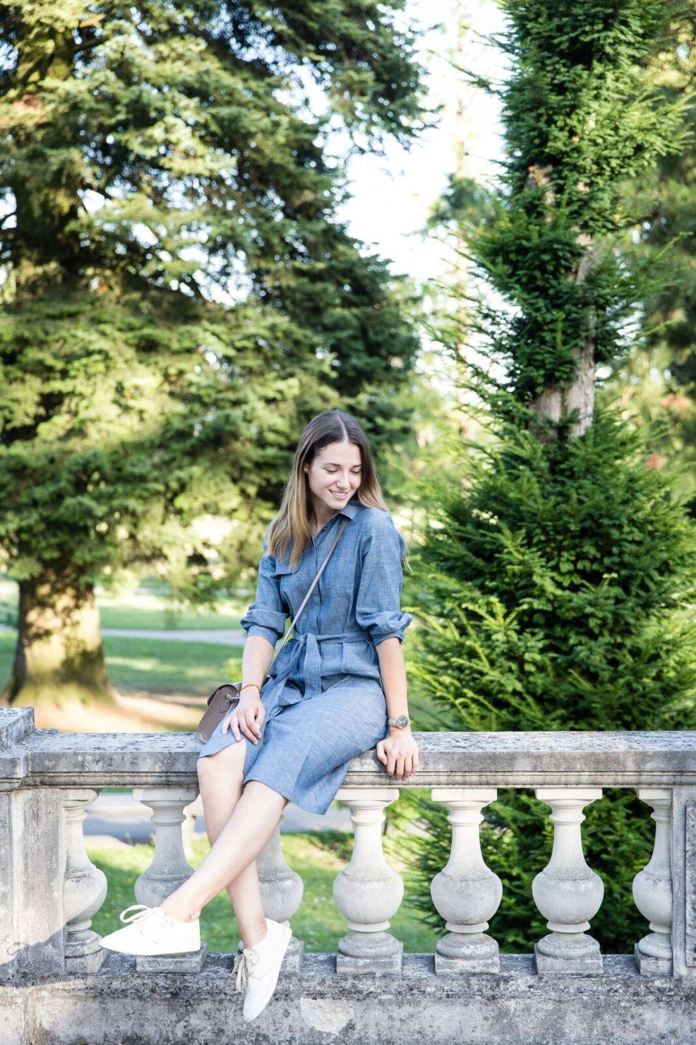 Hemdblusenkleid von Mila.Vert und Sneakers von Cardanas USA