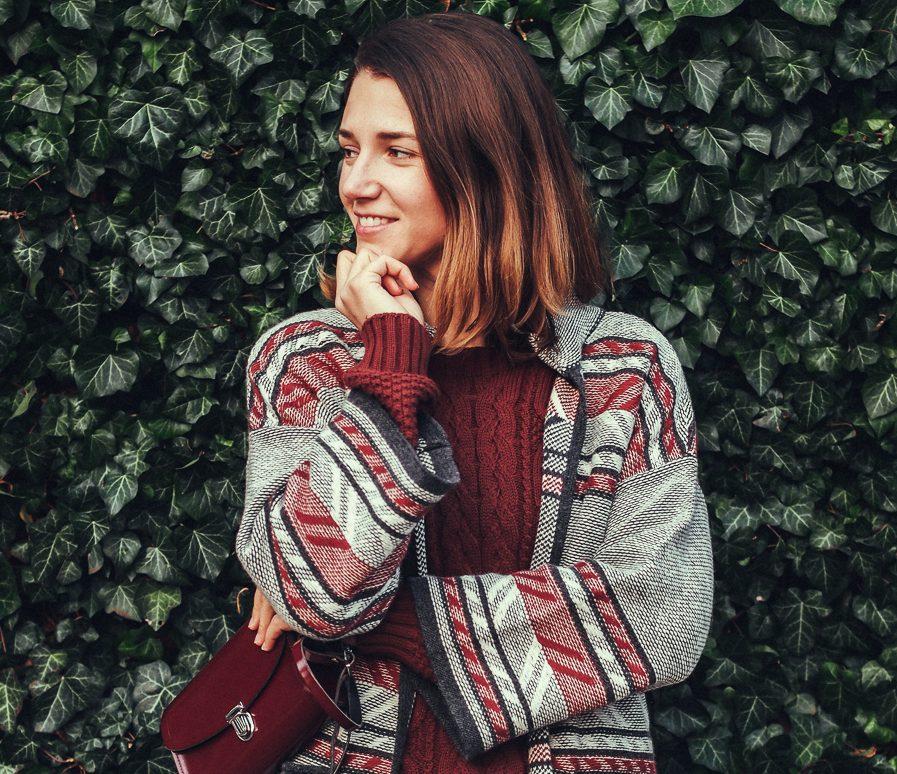 ARMEDANGELS Cardigan Grüne Erde Pullover Agolde Jeans Sneakers von Veja Fair Fashion Herbstoutfit und 3 Dinge, die Du in Wien im Herbst tun solltest