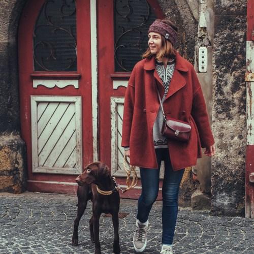 Fair Fashion Outfit mit Mantel von Grüne Erde und Stirnband von Mützenmafia. Lifestyle Blog über faire Mode, Nachhaltigkeit und veganes Essen.