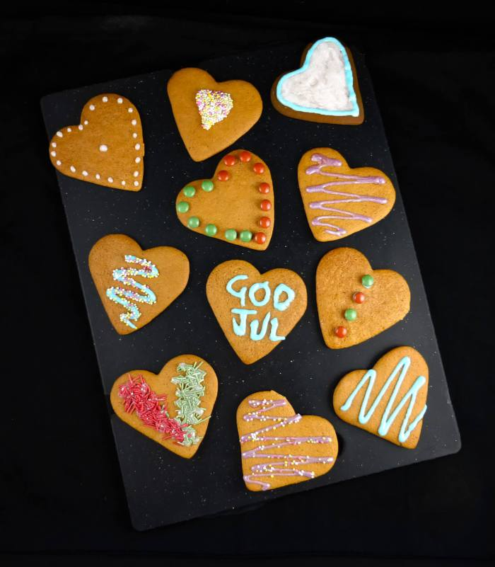 a picture of heart shaped pepparkakor with different decoration