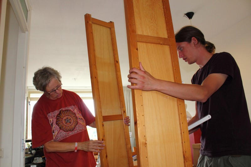 Arend and Irma assemble the book case