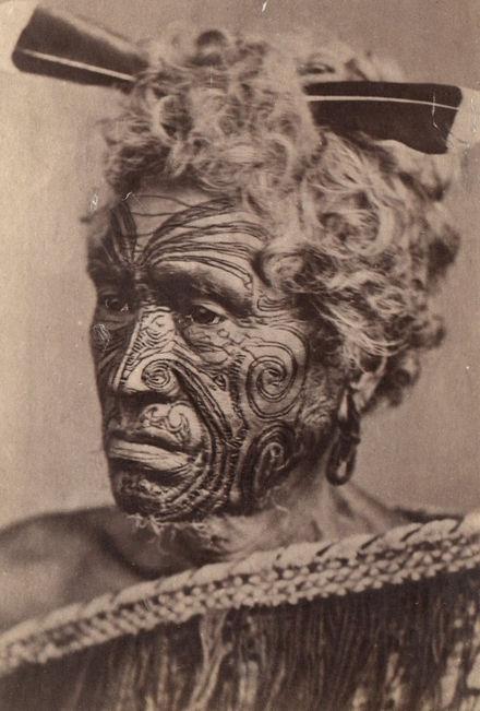 Tatuaggio sul volto di un maori, fotografia di fine XIX secolo.