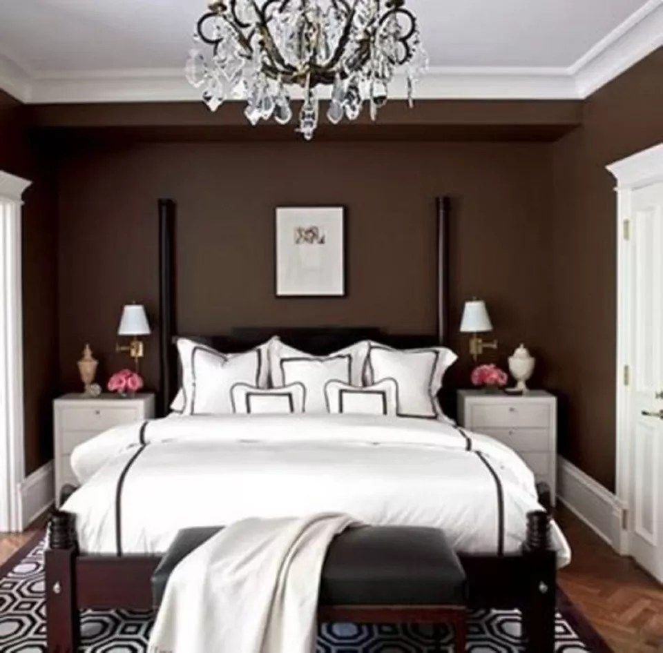 Коричневая и белая спальня