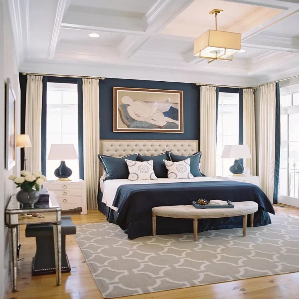 Элегантная спальня темно-синего и кремового цвета
