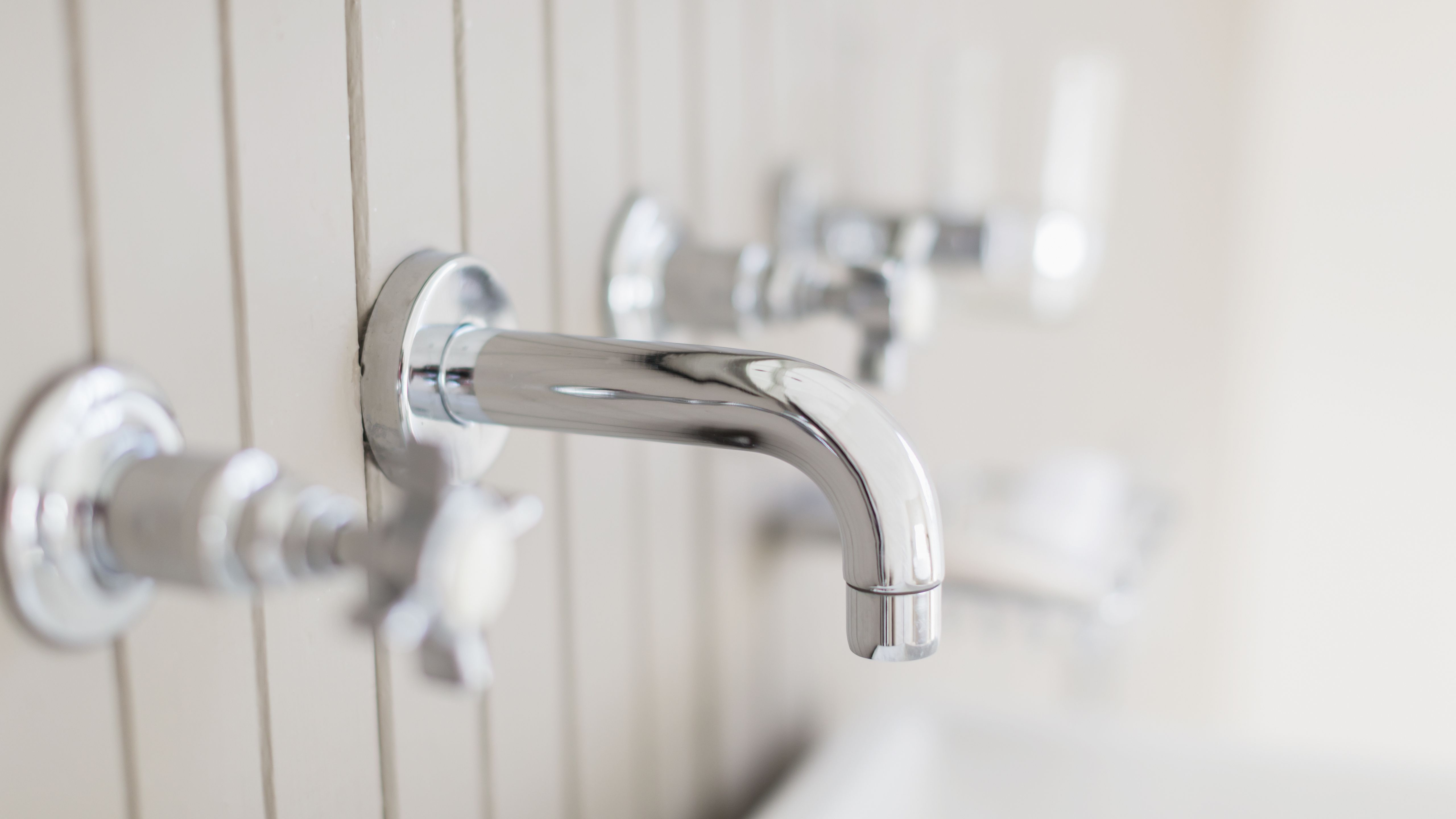how to remove and replace a tub spout