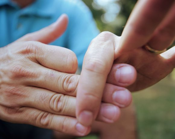 How to Do the Easy Thumb Magic Trick