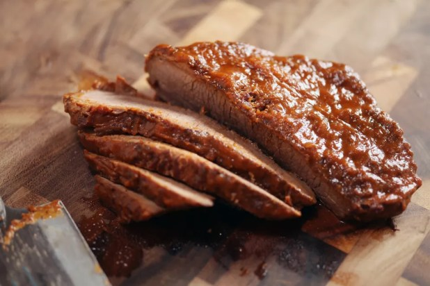 بطيئة لحم بريسكيت المطبوخ يجري قطع