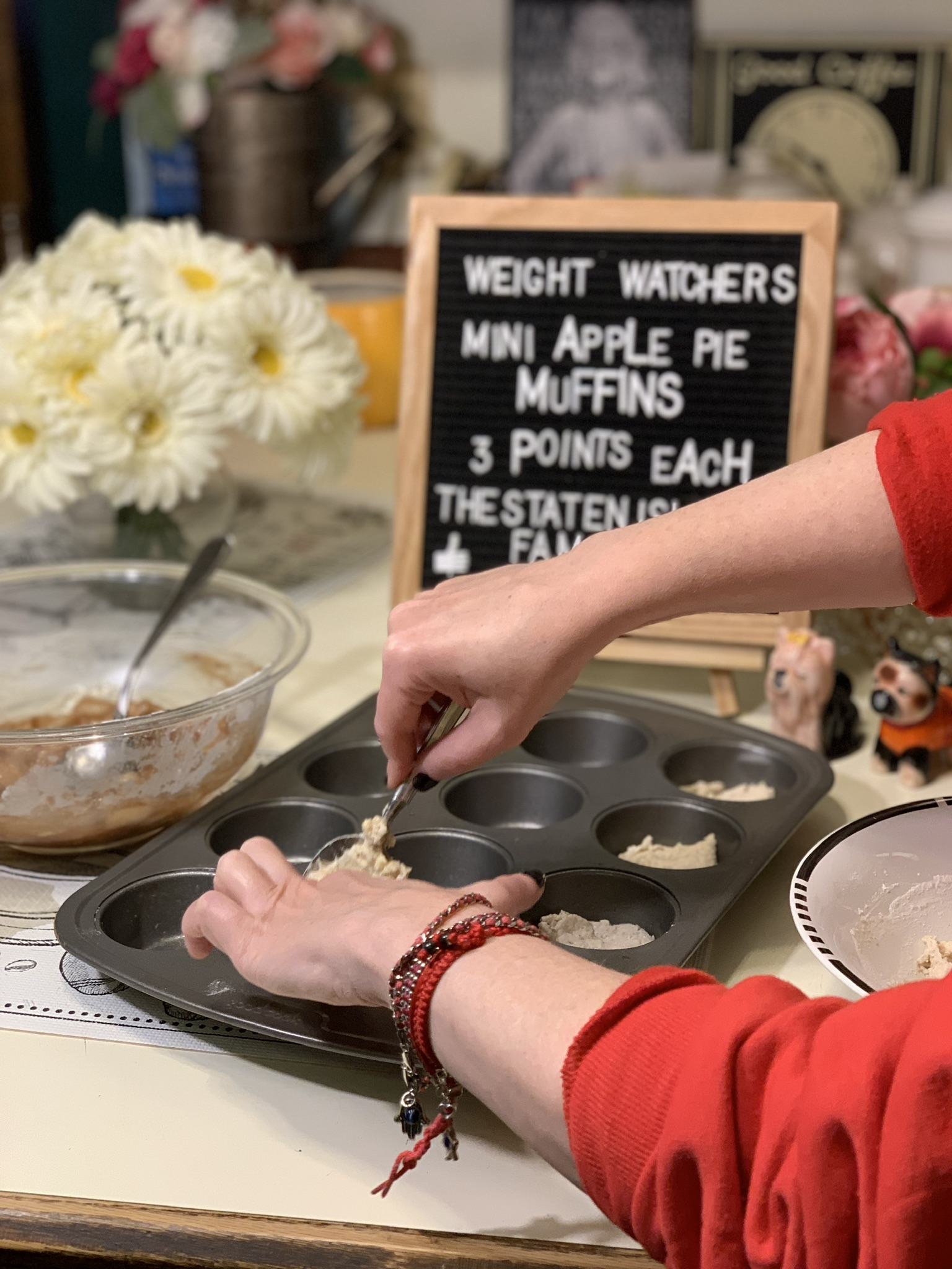 Go team blue 💙these weight watchers mini apple pie muffins are the perfect dessert! and with their made from scratch doughy crust they are super filling! get the recipe for these three point treats here: https://www.thestatenislandfamily.com/weight-watchers-mini-apple-pie-muffins/