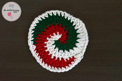 Holiday Swirled Coaster - Free Pattern | www.thestitchinmommy.com