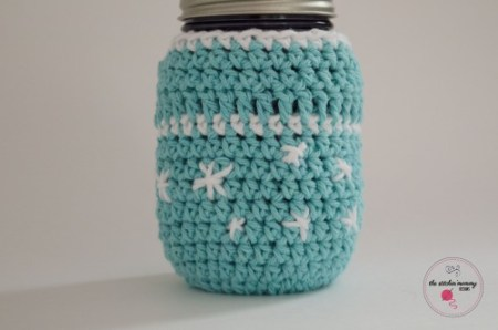 Frosty Snowflake Mason Jar Cozy - Free Pattern | www.thestitchinmommy.com