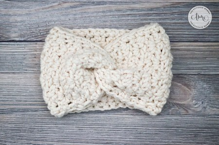 Adelaide Earwarmer - Free Crochet Pattern #ScarfHatoftheMonthClub2020 | www.thestitchinmommy.com