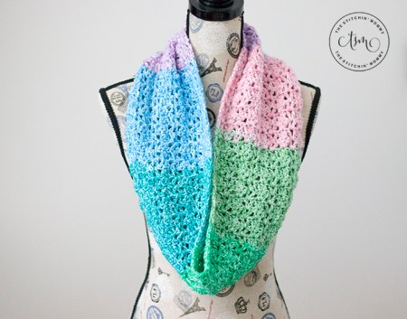 Equilibrium Infinity Scarf - Free Crochet Pattern #ScarfoftheMonth | www.thestitchinmommy.com