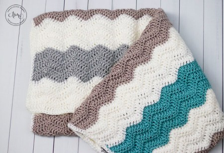 Simple Neutral Ripple Blanket - Free Crochet Pattern | www.thestitchinmommy.com
