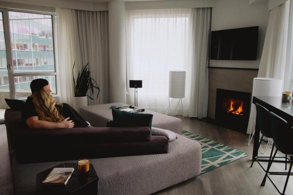 couple-feu-foyer-staycation-a-montrea-hotel-crystal-montreal
