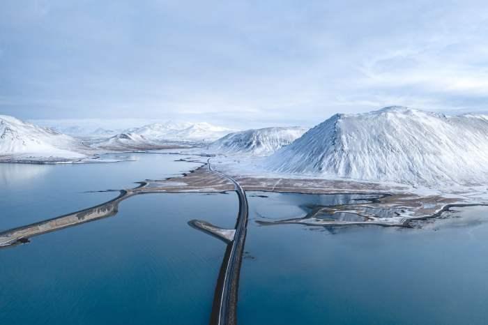 Vue de la route enneigée en drone Islande